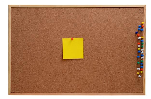 Notas en blanco clavadas en el panel de corcho