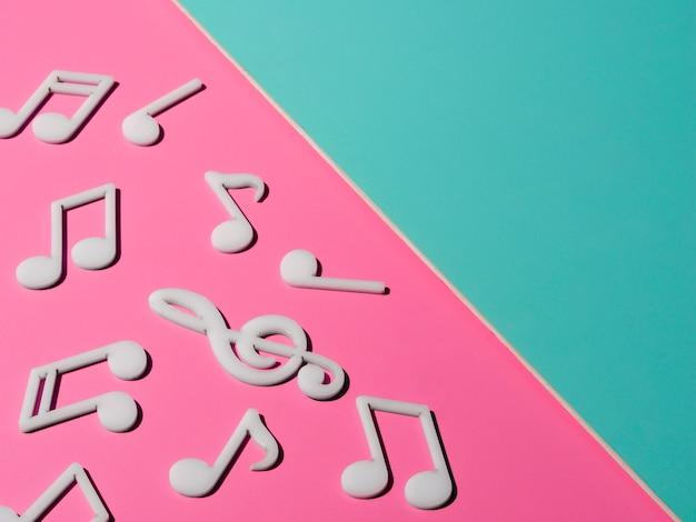 Notas musicales blancas con espacio de copia