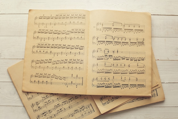 Notas musicales en papeles