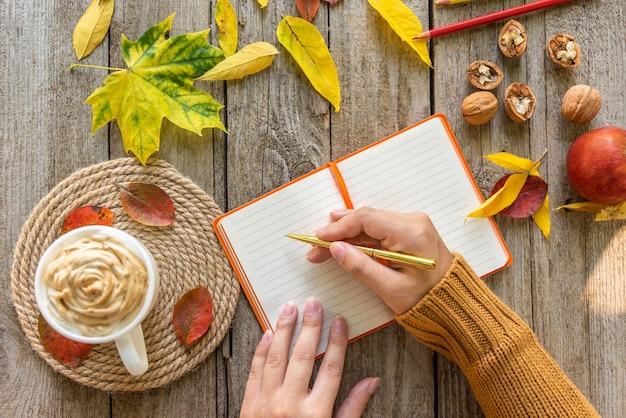 Notas de otoño en el bloc de notas