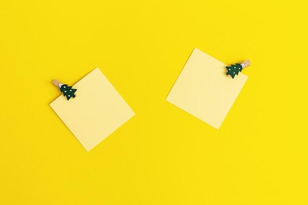 Notas de papel en blanco con decoración de año nuevo