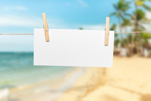 Notas de papel en blanco con espacio de copia en cuerda