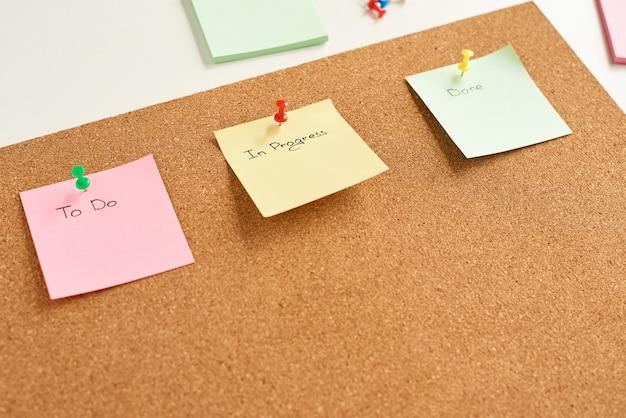 Notas de papel de colores con palabras