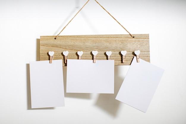 Notas de papel vacías sobre madera
