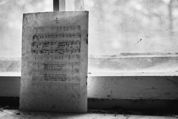Notas de piano en un papel viejo cerca de una ventana