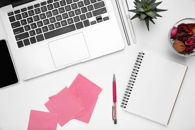 Notas rosas. endecha plana, maqueta. espacio de trabajo femenino de la oficina en casa, copyspace. lugar de trabajo inspirador para la productividad. concepto de negocio, moda, autónomo, finanzas, arte. colores pastel de moda.