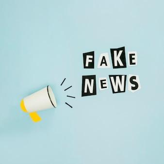 Noticias falsas y megáfono sobre fondo azul