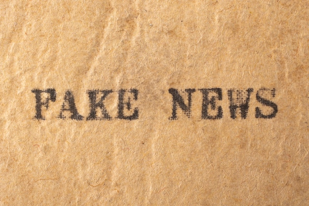 Noticias falsas. palabras escritas en una máquina de escribir vintage.