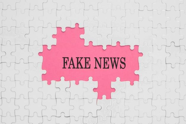Noticias falsas en piezas de rompecabezas rosas y blancas