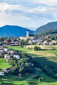Nova levante pueblo con montañas