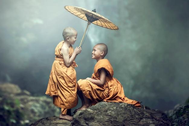 Novato budista sonriente, brillante, feliz, en el jardín, nhongkhai, tailandia