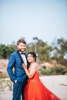 Novia asiática y novio caucásico tienen tiempo de romance y felices juntos