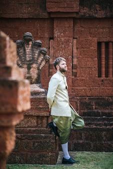 Novia asiática y novio caucásico tienen tiempo romántico con vestido de tailandia