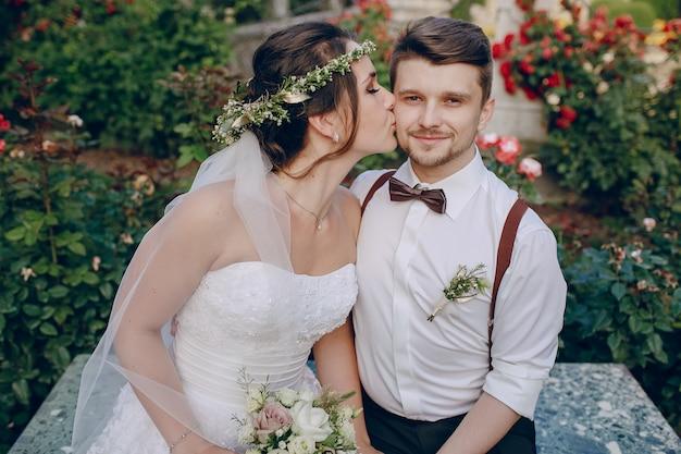 Novia besando al novio