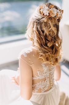 Novia con cabello rubio y un peine de flores