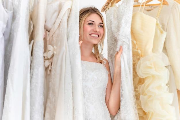 Novia caucásica jugar esconderse en secreto en el estudio de la boda.