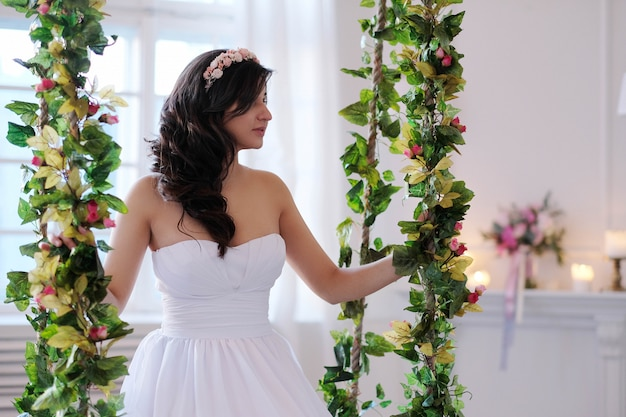 Novia en un columpio con flores