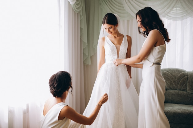 Novia con las damas de honor preparándose para la boda