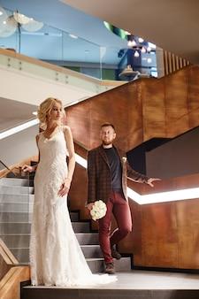 Novia en un elegante vestido largo, pareja enamorada