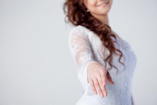 La novia extiende su mano