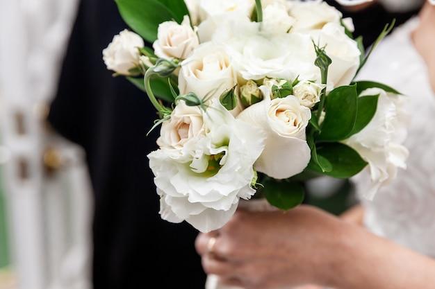 Novia con flores blancas como ramo de novia en un día especial