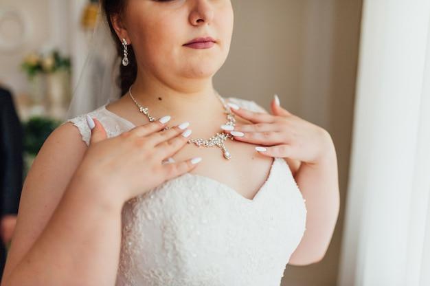 La novia gorda lleva un collar alrededor del cuello