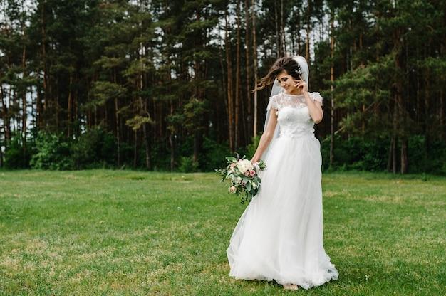 Novia hermosa joven con un vestido elegante