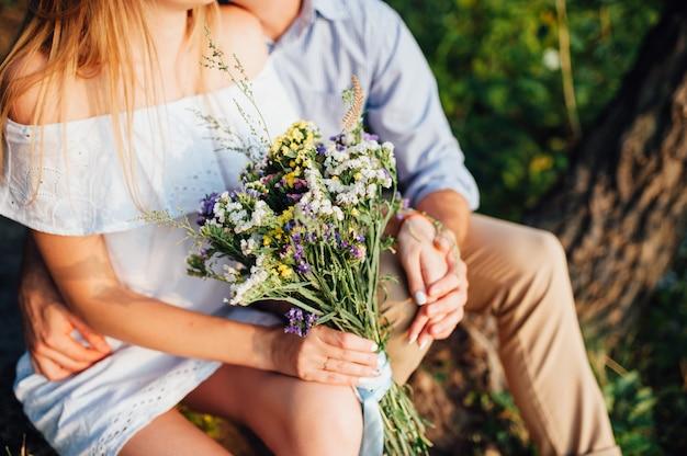 Novia con hermoso ramo de flores silvestres