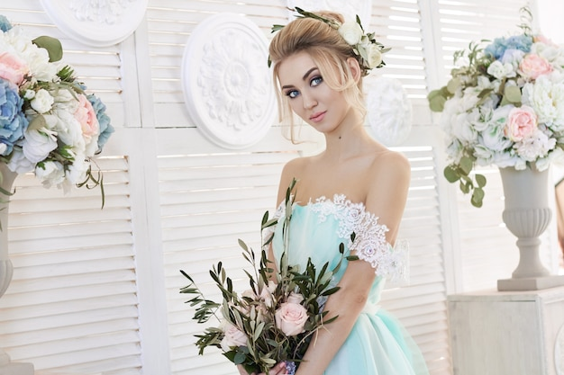 Novia en un hermoso vestido turquesa en la boda