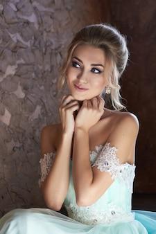 Novia con un hermoso vestido turquesa en previsión de la boda