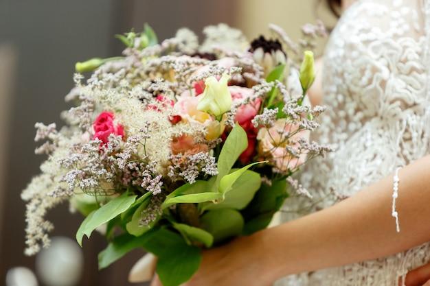 Novia joven romántica caucásica celebrando el matrimonio en la ciudad.