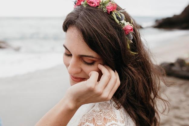 Novia joven en su vestido de novia