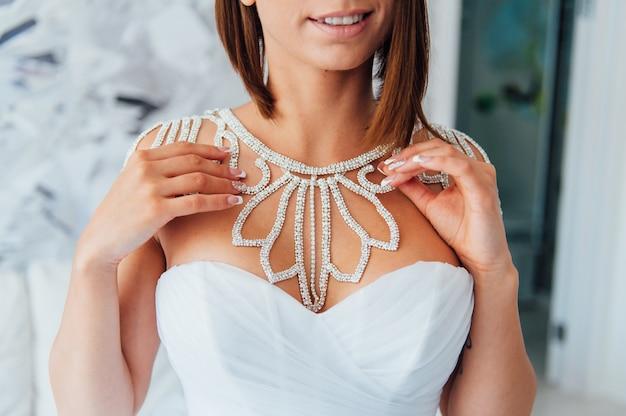 La novia lleva un collar alrededor del cuello.