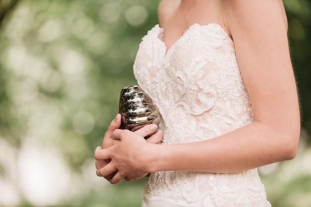 Novia de moda sosteniendo un elegante bolso. día de la boda