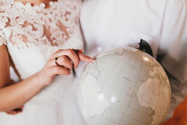 La novia está mostrando su lugar en el mundo. foto de alta calidad