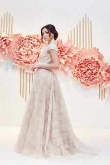 Novia de mujer de lujo en un hermoso vestido de novia