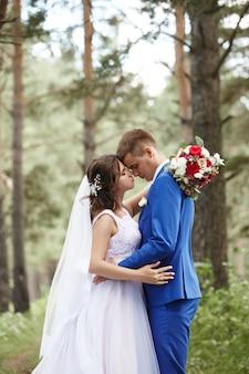 La novia y el novio abrazan y se besan en la boda