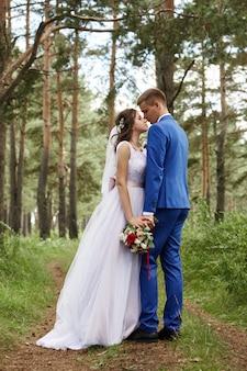 Novia y novio abrazan y besan en la boda