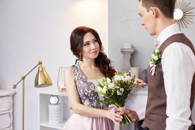 La novia y el novio abrazan y posan para la boda