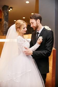 Novia y el novio abrazando el día de la boda