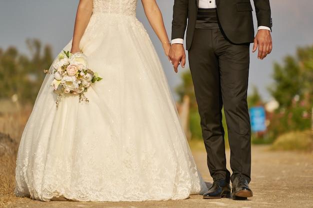 Novia y novio al aire libre en la ceremonia de boda