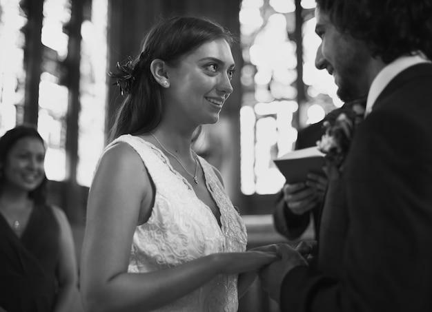 Novia y el novio en el altar