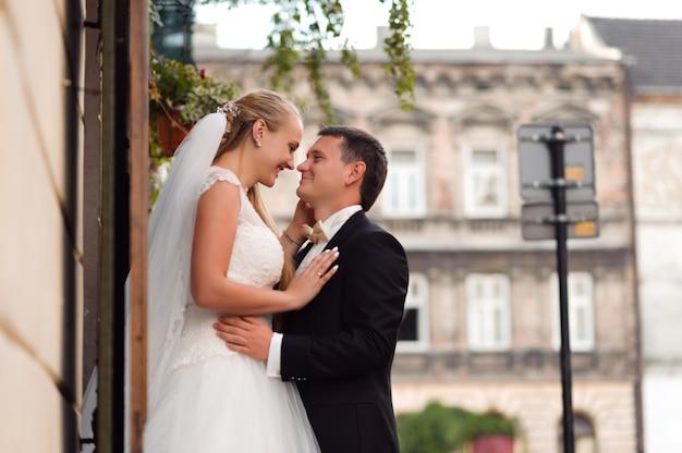 Novia y novio antes de la boda