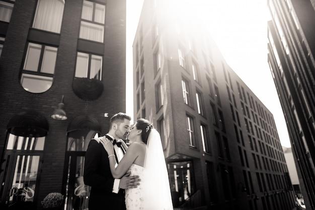 Novia y el novio caminando en la ciudad, día de la boda, matrimonio. novia y novio en urbano. joven pareja en el día de la boda.