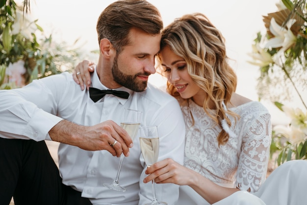 La novia y el novio celebrando su boda en la playa.