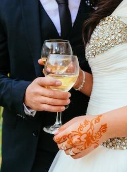 Novia y novio con copas de champagne