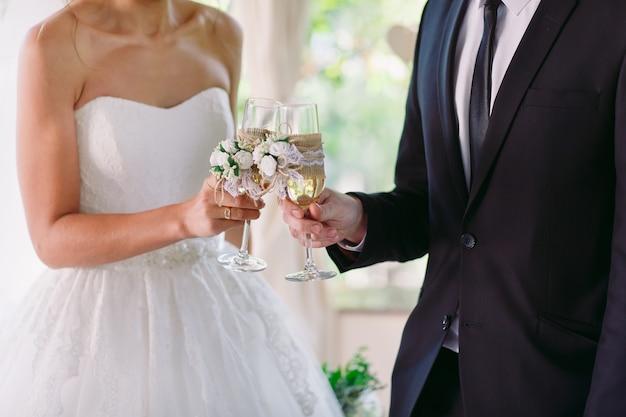 Novia y novio con copas de champán de boda