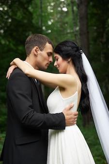 Una novia y un novio elegante después de la ceremonia de la boda
