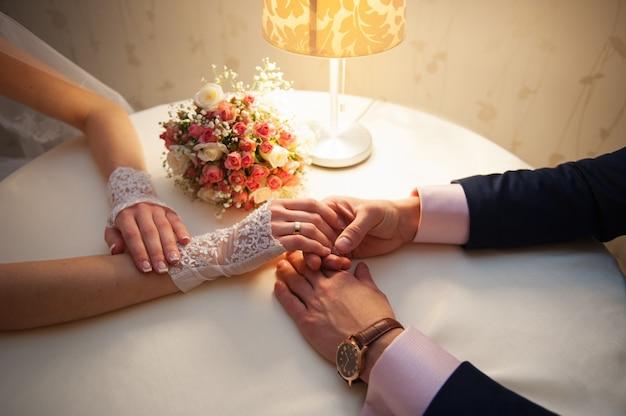 La novia y el novio están sentados en una mesa en el restaurante