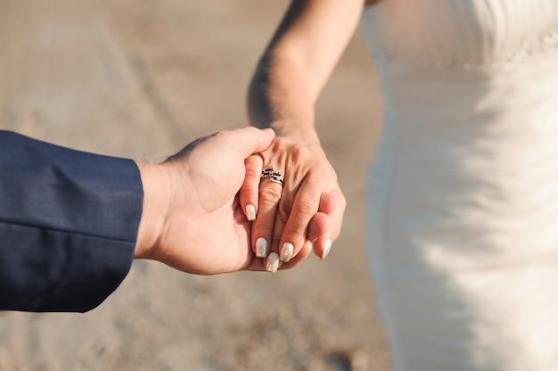 Novia y novio junto al mar el día de su boda